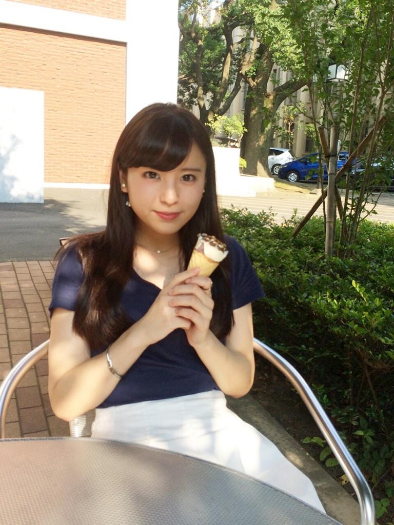 アイスを持つ角谷暁子